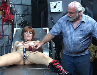 Bondage Porn : Fun with Electricity!